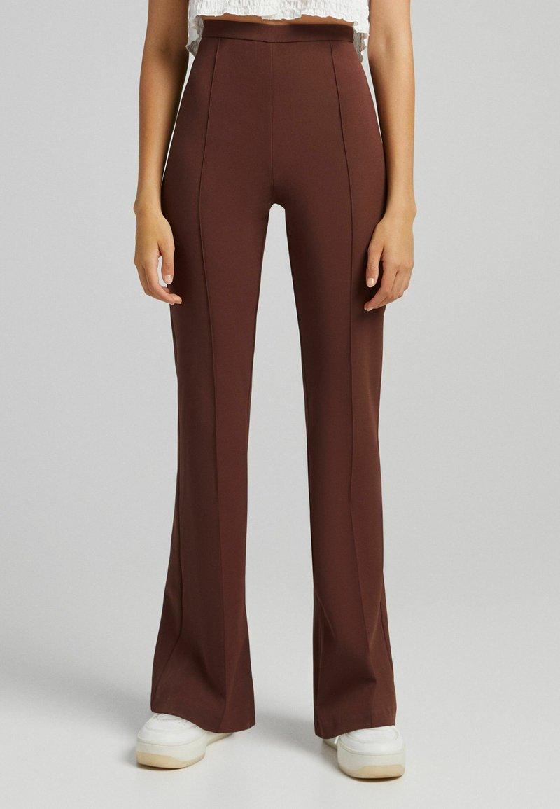 Bershka - FLARE - Kalhoty - brown