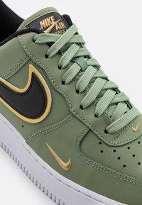 Nike Sportswear - AIR FORCE 1 '07 LV8 - Sneakers laag - oil green/black/metallic gold/white - 5