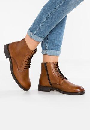 AMINA - Boots à talons - cognac