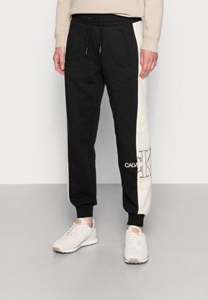 MONOGRAM BLOCKING JOG PANT - Teplákové kalhoty - black