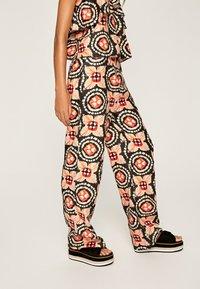 Pepe Jeans - Spodnie materiałowe - multi - 3