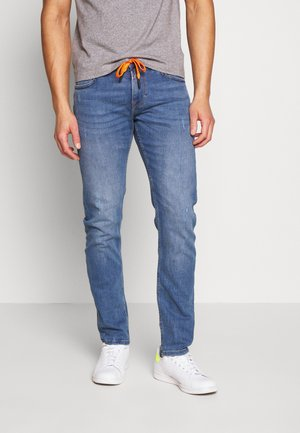 SLIM PIERS PERFORMANCE STRETCH - Slim fit jeans - light stone blue denim