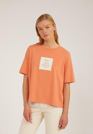 LAYAA DIARY - Print T-shirt - burned mandarin