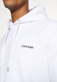 Calvin Klein - LOGO EMBROIDERY HOODIE - Sweat à capuche - white - 5