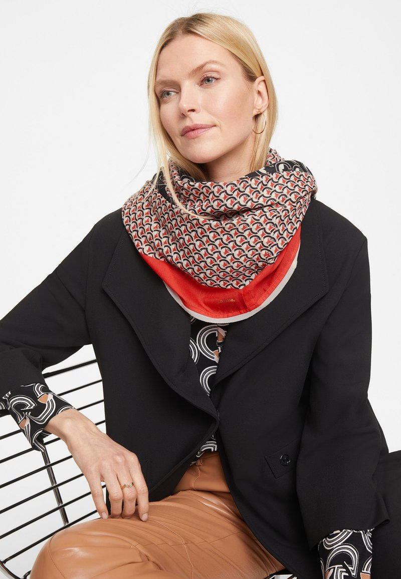 comma - LOOP - Scarf - red graphic minimal