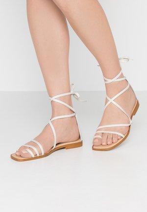 SEAWEED - Sandály s odděleným palcem - white