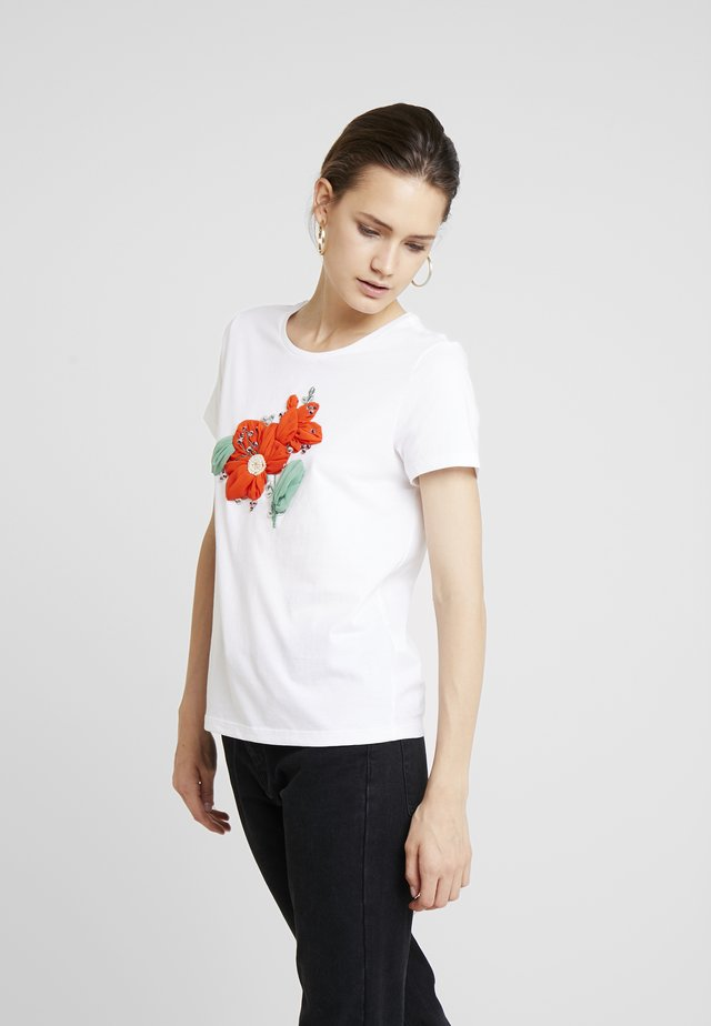 CREW NECK WITH POSITIONAL EMBROIDED FLOWER - Print T-shirt - white
