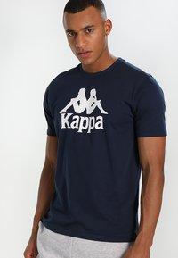 Kappa - CASPAR - T-shirt con stampa - navy - 0