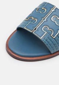 Tory Burch - INES SLIDE - Matalakantaiset pistokkaat - denim blue/gold - 6