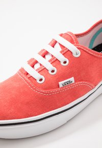 Vans - UA COMFYCUSH AUTHENTIC - Sneakersy niskie - grenadine - 6