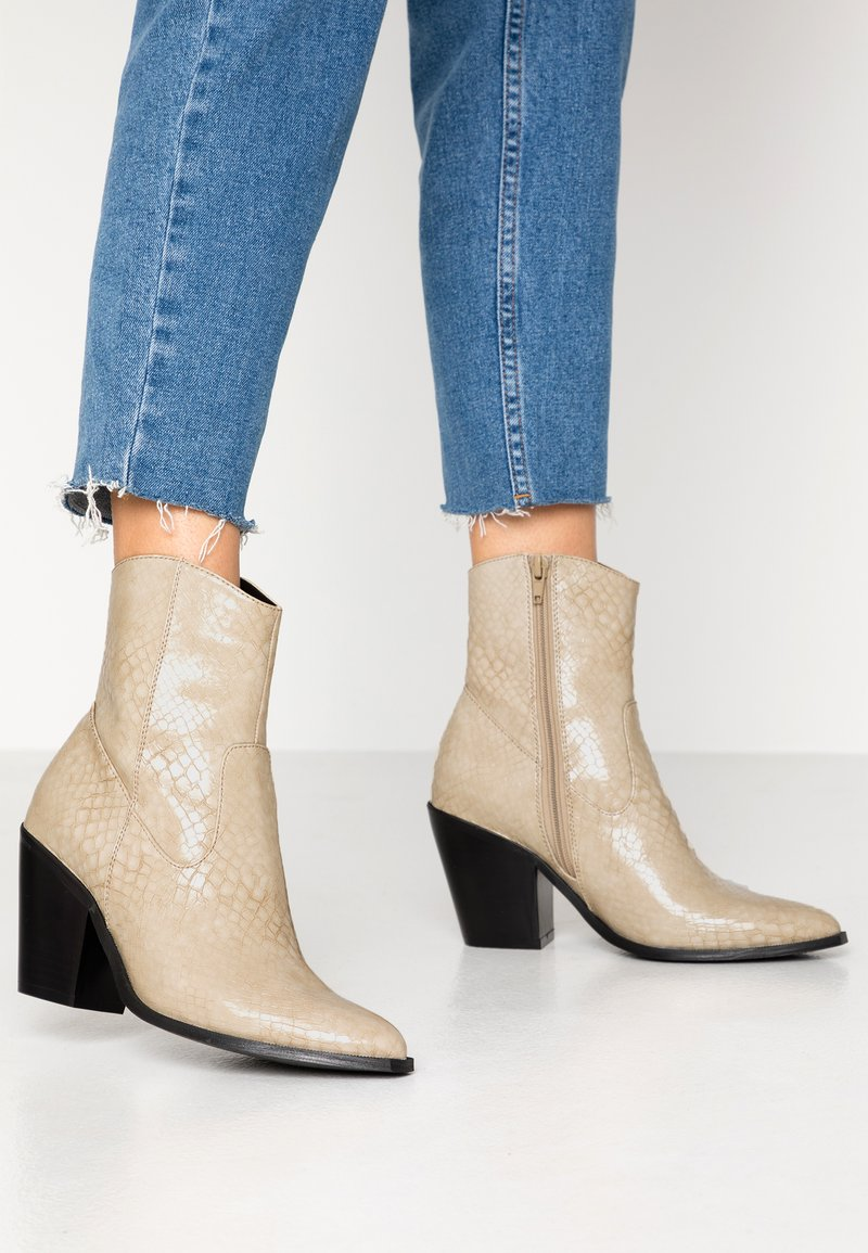 ONLY SHOES - ONLBLAKE STRUCTURED HEELED BOOT - Botines de tacón - offwhite