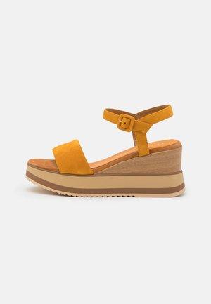 KOLLA - Sandały na platformie - mustard