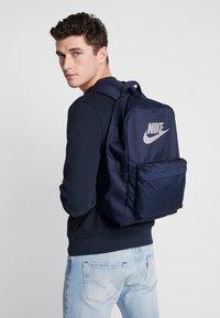 Nike Sportswear - HERITAGE - Reppu - obsidian/atmosphere grey - 1