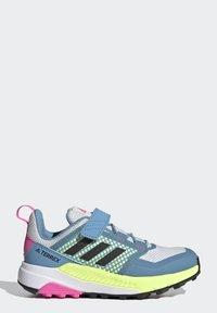 adidas Performance - TERREX TRAILMAKER - Zapatillas de senderismo - crystal white/core black/screaming pink - 6