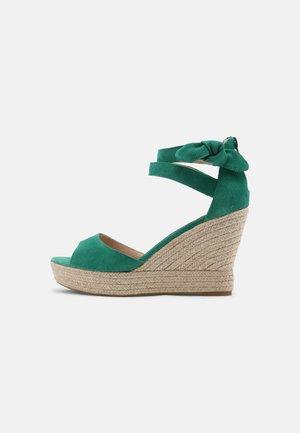 MEIARA - Sandalen met plateauzool - vert