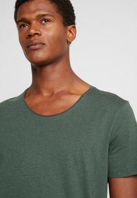 Selected Homme - SLHNEWMERCE O-NECK TEE - Basic T-shirt - cilantro/melange - 4