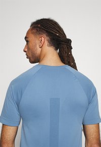 NU-IN - SHORT SLEEVE TRAINING  - Basic T-shirt - blue - 5