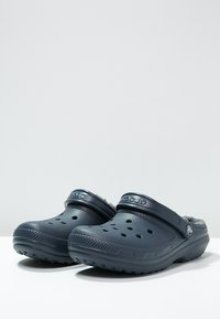 Crocs - CLASSIC LINED ROOMY FIT - Tresko - navy/charcoal