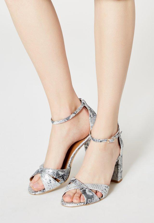 Sandalen - schlange