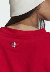adidas Originals - PRIMEBLUE ADICOLOR ORIGINALS RELAXED T-SHIRT - Camiseta estampada - scarlet - 5