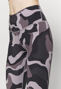 Under Armour - RUSH CAMO LEGGING - Punčochy - slate purple - 5