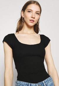 Glamorous - TIE BACK DETAIL - Print T-shirt - black - 3