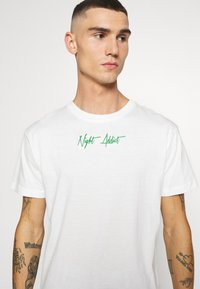 Night Addict - SNAKE - T-shirt con stampa - off white/kelly green - 3