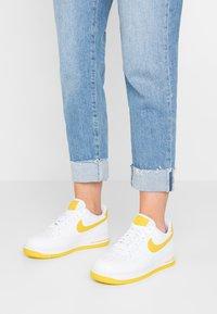 Nike Sportswear - AIR FORCE 1'07 - Baskets basses - white/bright citron - 0