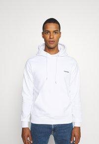 Calvin Klein - LOGO EMBROIDERY HOODIE - Sweat à capuche - white - 0