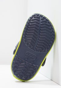 Crocs - CROCBAND - Sandały kąpielowe - navy/volt green - 4