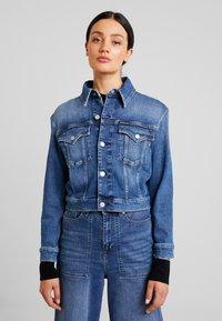 Calvin Klein Jeans - CROPPED FOUNDATION TRUCKER - Chaqueta vaquera - iconic mid stone - 0