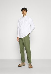 Anerkjendt - AKJOHN PANT - Trousers - olivine - 1