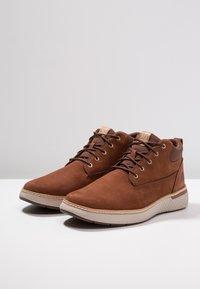 Timberland - CROSS MARK PT CHUKKA - Sneaker low - cognac - 2