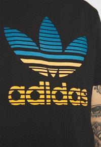adidas Originals - TREF OMBRE UNISEX - T-shirt med print - black - 4
