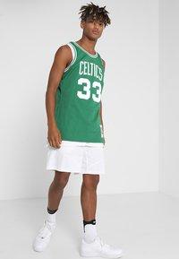 Mitchell & Ness - NBA BOSTON CELTICS LARRY BIRD SWINGMAN - Débardeur - grün/weiß - 1