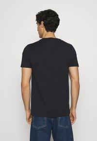 Tommy Hilfiger - ICON ESSENTIALS TEE - T-shirt med print - desert sky - 2