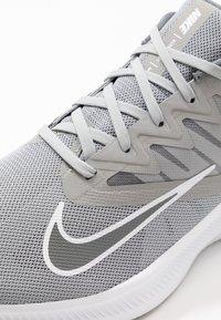 Nike Performance - QUEST 3 - Zapatillas de running neutras - light smoke grey/smoke grey/white - 5