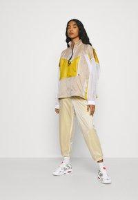 Nike Sportswear - W NSW TCH PCK - Cortaviento - dark citron/white/black - 1