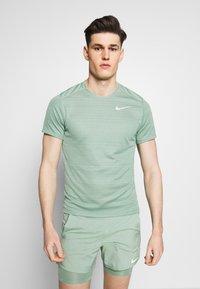 Nike Performance - DRY MILER - Camiseta estampada - silver pine - 0