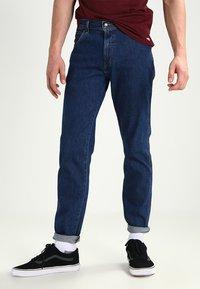 Wrangler - REGULAR FIT - Jeans Straight Leg - darkstone - 0