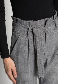 Vero Moda - VMEVA PAPERBAG CHECK PANT - Bukse - grey/white - 4