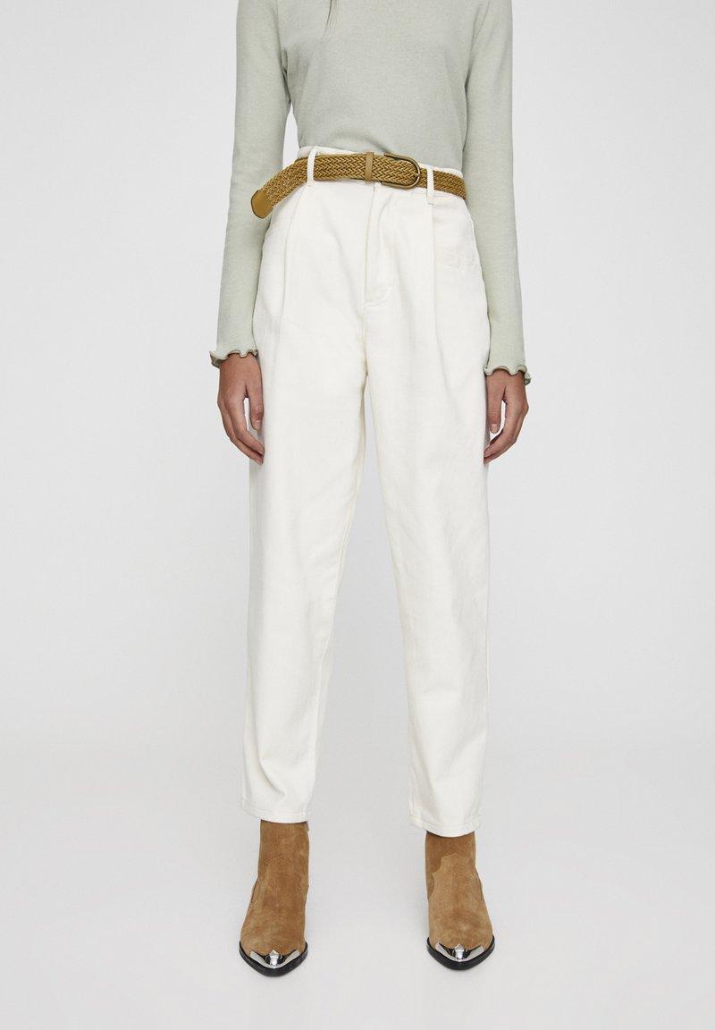 PULL&BEAR - BEIGEFARBENE BUNDFALTENHOSE MIT GÜRTEL 05670306 - Pantalon classique - mottled light brown