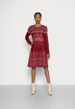 QUAI - Pletené šaty - bordeaux