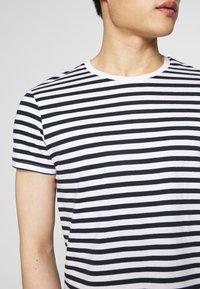 Pier One - 2 PACK - Basic T-shirt - white/dark blue - 5