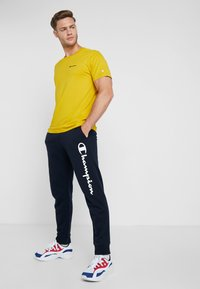 Champion - CREWNECK - T-shirt basic - mustard yellow - 1