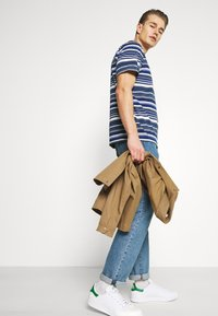 DOCKERS - LOGO TEE - Print T-shirt - colman slate desert - 3