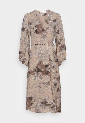BASIRA WRAP DRESS - Denní šaty - natural splash
