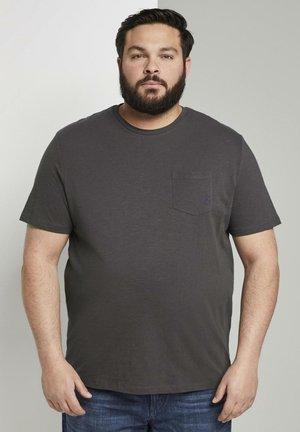 MIT BRUSTTASCHE - Basic T-shirt - tarmac grey