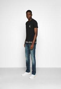 Calvin Klein Jeans - OUTLINE LOGO HEM - Print T-shirt - black - 1