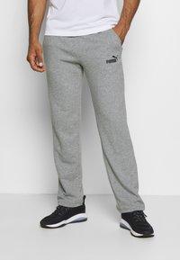 Puma - ESS LOGO PANTS  - Pantalon de survêtement - medium gray heather - 0